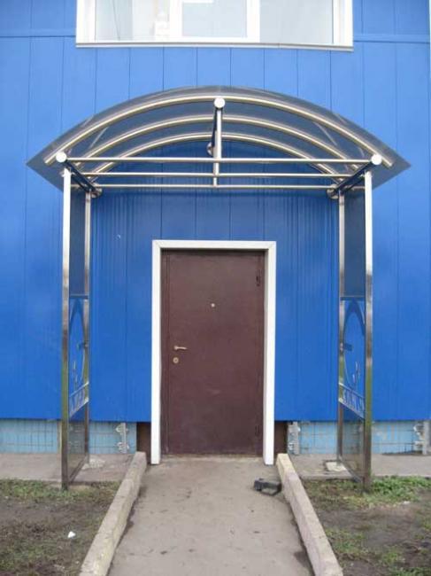 Сделать козырек над входной дверью из поликарбоната.